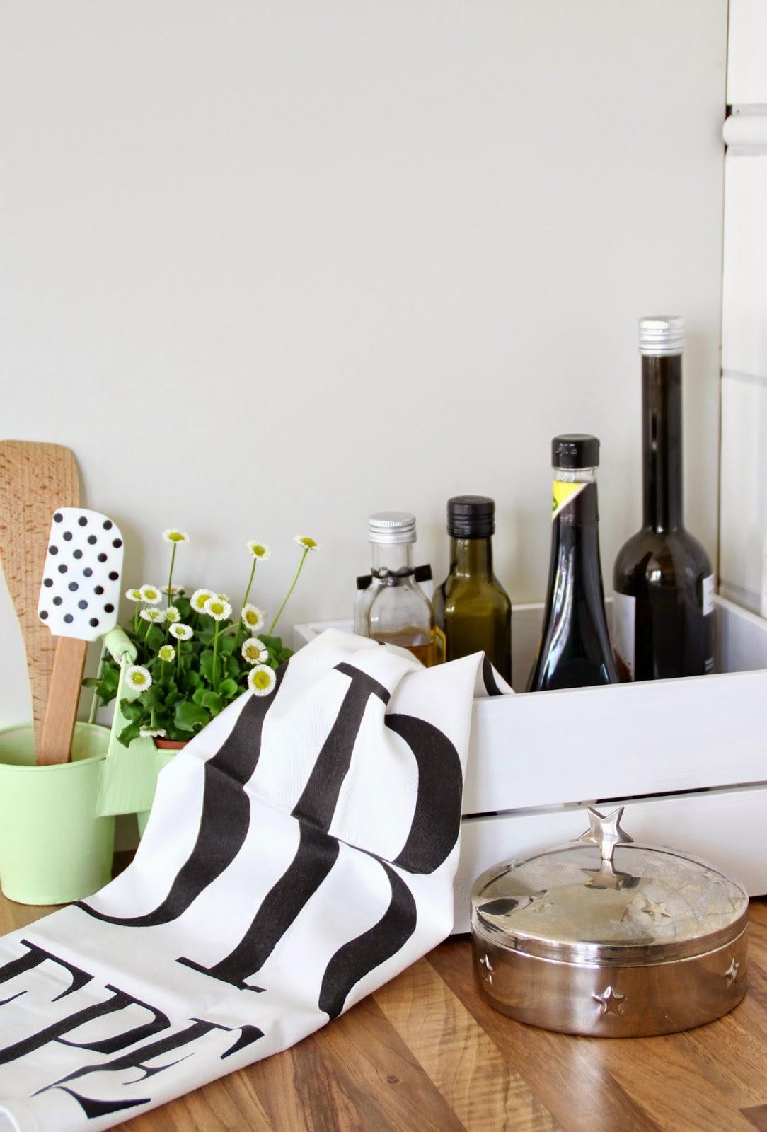 Stilleben in der Küche mit Essig und Öl in einer weißen Knagglig Kiste von Ikea
