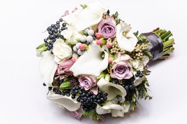Bukiet ślubny szarości i pastelowe róże.