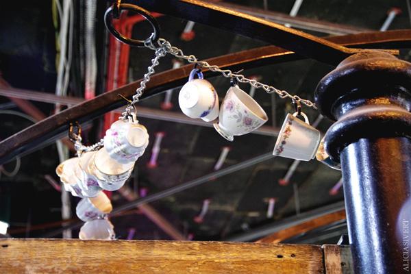aliciasivert, alicia sivertsson, london med grabbarna, england, camden town, camden lock markets, horse tunnel market, marknad, cup, kopp, koppar, tekoppar, tekopp, tea cups