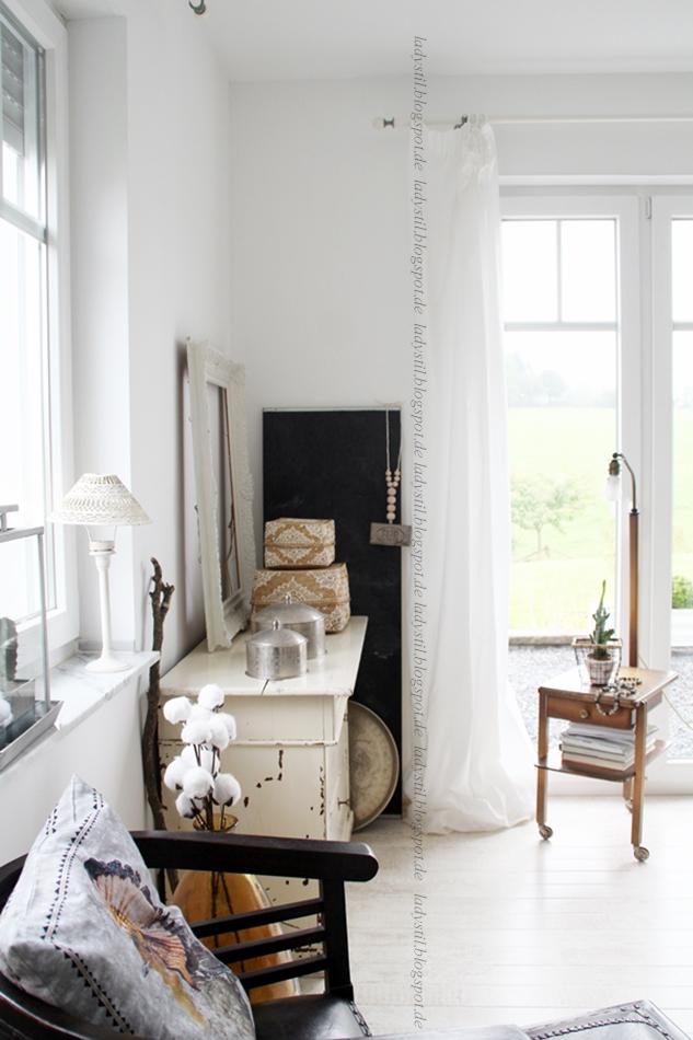 Blick ins Wohnzimmer mit altem Stehlampentisch Erbstück, Kommode und dieversen Wohnaccessoires