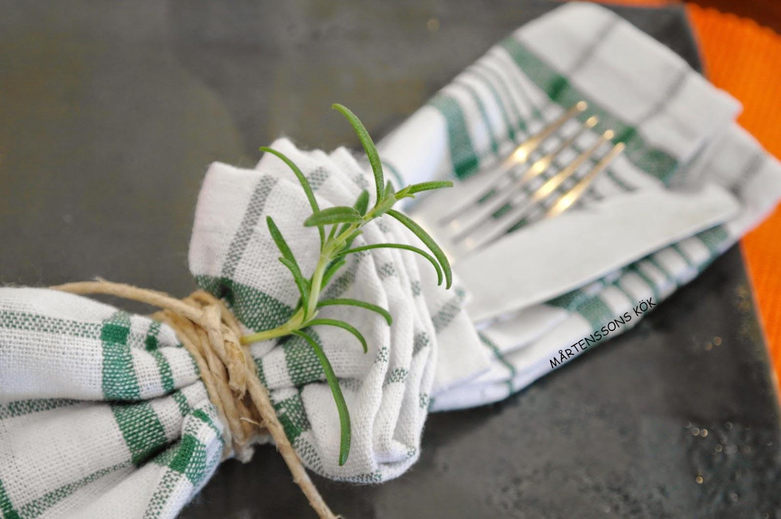 Litet Koksbord Med Klaff : litet kok runt bord  Porchetta sandwich med tvo ljuvliga soser och