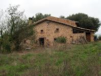 L'edifici de migdia del Mas Francesc, de construcció senzilla i austera