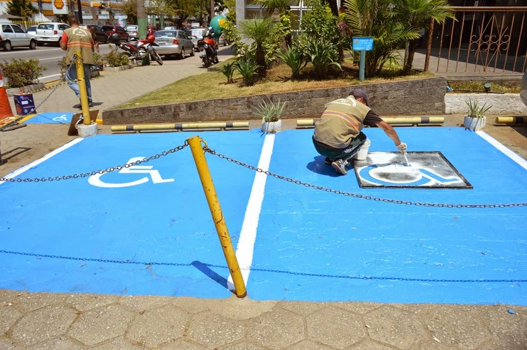 Equipe de sinalização pinta rampas de acessibilidade e vagas para deficientes