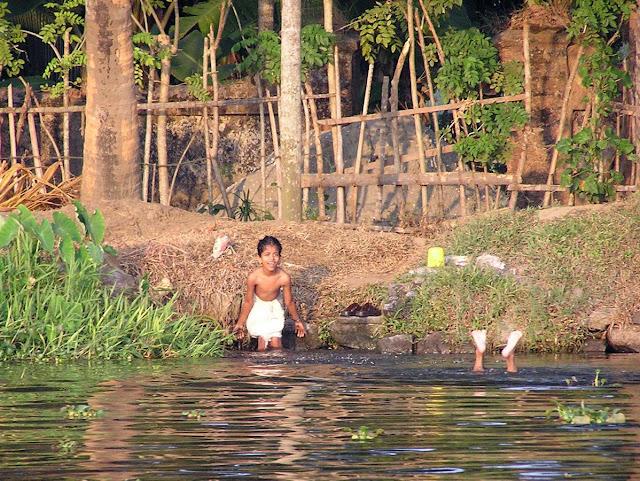 индийские дети купаются