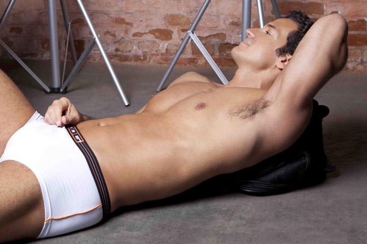 Carlos Machado em pose relaxada durante o ensaio fotográfico