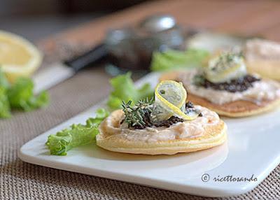 Blini con mousse di salmone e uova di lompo nere