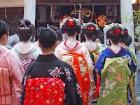 神社に入る芸舞妓さんたち。