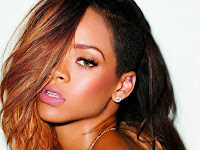 "Biodata   Nama : Rihanna  Tempat Lahir : Saint Michael, Barbados pada 20 Februari 1988  Ayah : Ronald (keturunan Afrika dan Eropa)  Ibu : Monica Fenty  Perkerjaan : Penyanyi. Biografi   Pada 2004, ia memenangkan lomba kecantikan Miss Combermere dan menyanyikan lagu ""Hero"" karya Mariah Carey dalam Colours of Combermere School Show. Rihanna yang lahir dan besar di Barbados mungkin tak pernah bermimpi akan menjejakkan kakinya di Amerika.  Rihanna mulai dikenal setelah singel ""SOS"" mendapatkan puncak teratas di Billboard Hot 100 yang kemudian disusul singel yang mendunia yaitu ""Umbrella"". Dalam perilisan album Good Girl Gone Bad dalam versi Reloaded, dia mendapatkan kejutan kembali. Singel ""Disturbia"" dan ""Take a Bow"" yang juga mendapatkan posisi nomor 1 beberapa minggu. Setelah itu ""Live Your Life"" yang juga meraih posisi teratas di Billboard. Di ""Rated R"" Rihanna juga mendapatkan posisi teratas dengan singel ""Rude Boy"" yang bertengger dinomor satu selama 5 minggu.  Sama seperti ""Live Your Life"", Rihanna kembali merilis singel bersama dengan Eminem dengan singel ""Love the Way You Lie"" yang melebihi rating dari singel lainnya. Singel ini bertengger di nomor 1 selama 7 minggu. Dalam perilisan ""Loud"", singel Rihanna meloncat dari nomor 66 ke nomor 1 dengan singel ""What's My Name?"" featuring Drake. Jadi total singel yang bernomor satu adalah delapan. Itu membuat Rihanna masuk kedalam urutan ketiga wanita yang mendapatkan paling banyak billboard chart number one.   Including, Madonna dinomor satu dan Janet Jackson dinomor 2. Sekali lagi, ia menoreh nomor satu di Billboard Hot 100 dengan singel nya Only Girl (In the World) yang beberapa minggu sebelumnya dengan nomor 3 setelah bekerja sama dengan perusahaan rekaman Def Jam, dia menghabiskan tiga bulan berikutnya dengan rekaman dan menyempurnakan albumnya. Albumnya digarap bersama produksi Evan Rogers, Carl Sturken,   Stargate (tim produksi) dan Poke & Tone Pertama kali dia berkolaborasi dengan penyanyi rap Memphis Bleek pada"