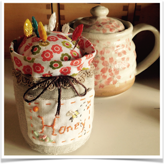 http://sewsweetviolet.blogspot.fr/2015/04/bees-and-honey-pot.html