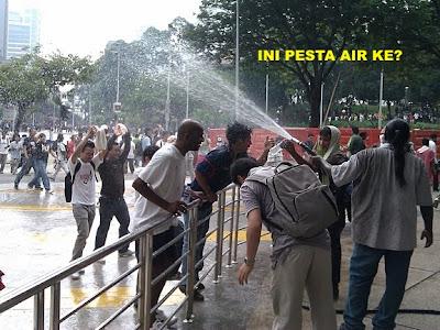 Ini gaya orang2 sedang merusuh ke? Sedang pergi perang?? Kelakar lah! (Do these people look like rioting? Going to war?? That's funny!) www.klakka-la.blogspot
