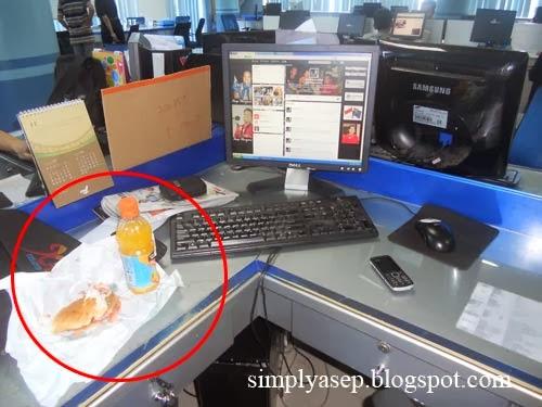 Burger di atas meja kerja ku