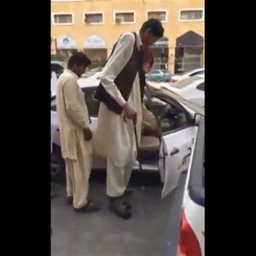 عملاق يحاول ركوب سيارة تاكسي...فحصلت له مفاجأة مذهلة