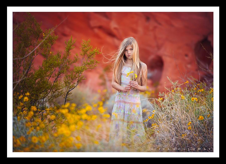 photo de Lisa Holloway représentant une jeune fille debout au milieu de fleurs jaunes