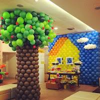 foto  de uma escultura com balões