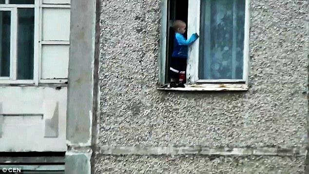 Aksi Mengejutkan Budak 2 Tahun Makan Angin Di Tepi Tingkap Rumah Flatnya diTingkat 8