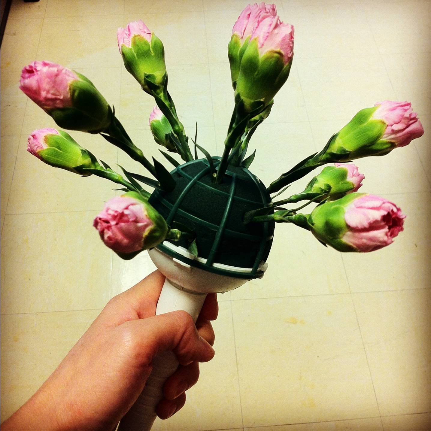 The light traveller handmade flower bouquet keep going around while moving down try not to pull stems out once you have inserted them as it can break down the foam izmirmasajfo