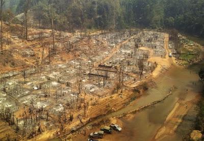 မယ္ေဟာင္ေဆာင္ ဒုကၡသည္စခန္း မီးေလာင္ျပင္ ဓာတ္ပုံမ်ား – Remains of burnt houses in a refugee camp near Mae Hong Son