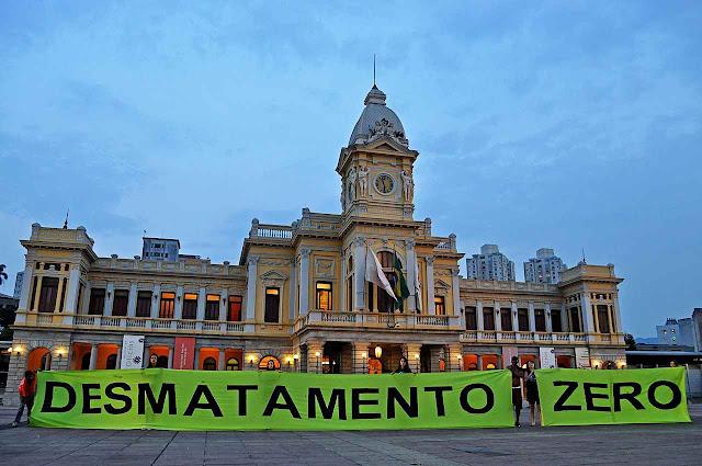 Ambientalistas extremistas n�o v�o ligar para a ci�ncia. Os moderados e sensatos v�o faze-lo? Protesto contra o desmatamento, Pra�a da Esta��o, Belo Horizonte.
