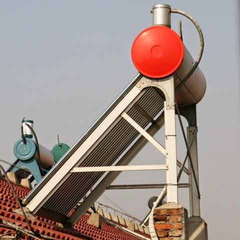 Solaire thermique en Chine : chauffe-eau solaire sur un toit près de Shanghai
