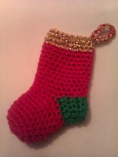 Calcetín o botita navideña hecha a ganchillo
