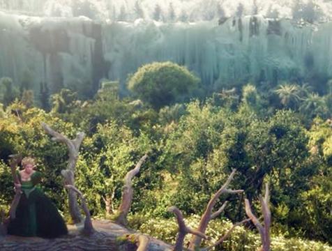 El patio del castillo contrasta con la nieve del bosque, en La Bella y la Bestia - Cine de Escritor