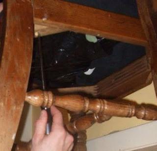 lepas baut sekrup dari bawah dudukan kursi