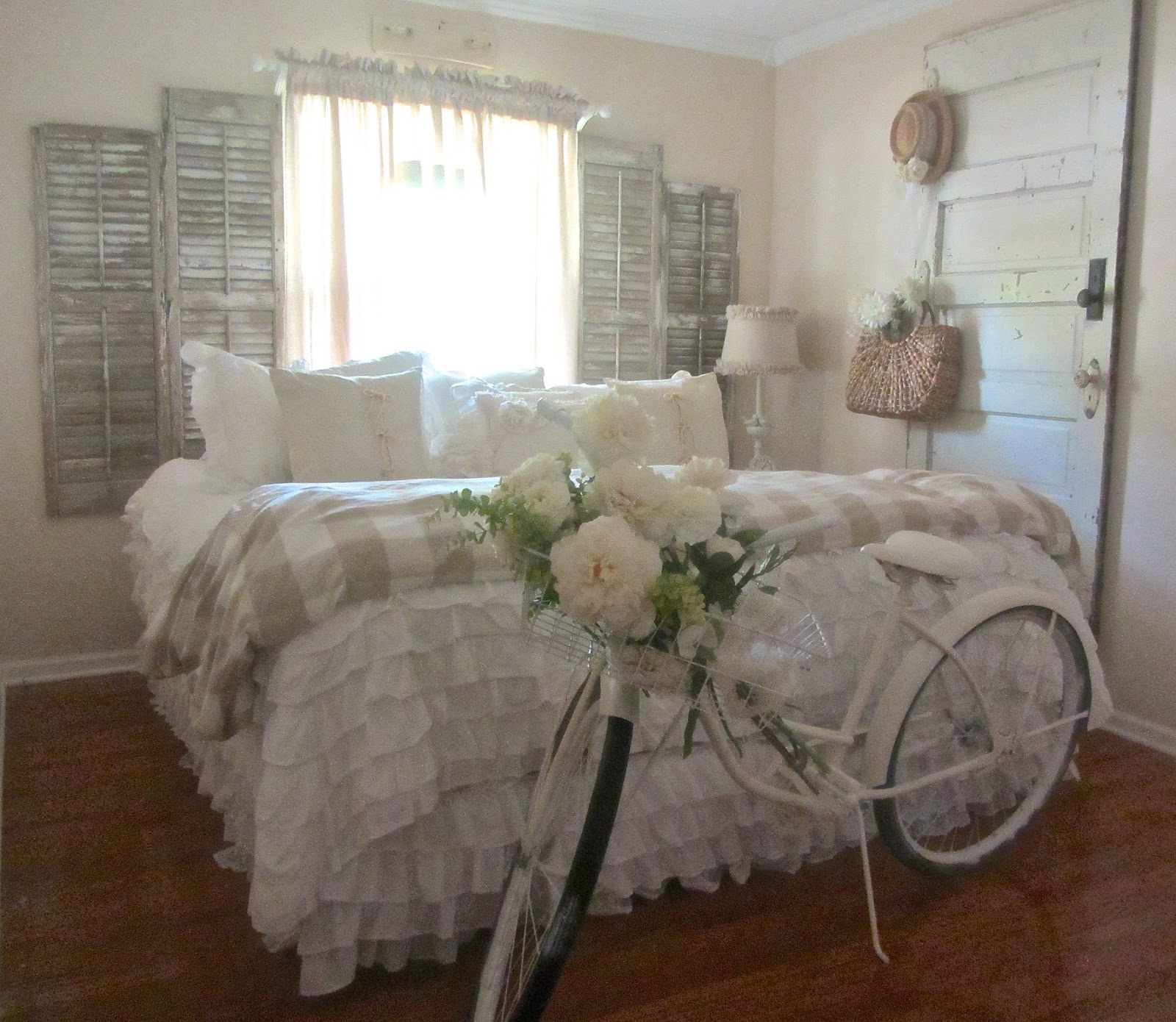 Junk chic cottage update on guest room and new treasures - Dormitorios vintage chic ...