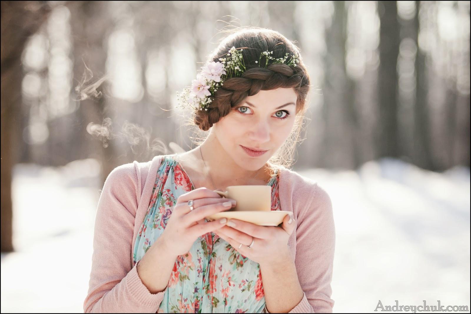 весеннее фото молодой девушки в лесу