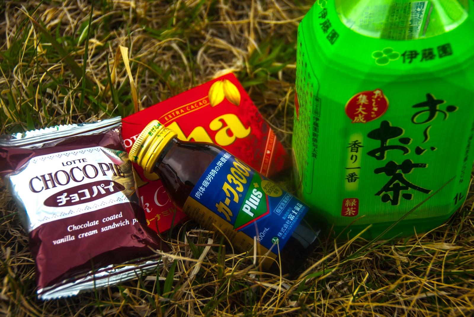 チョコパイとガーナチョコレートと栄養ドリンクとお〜いお茶