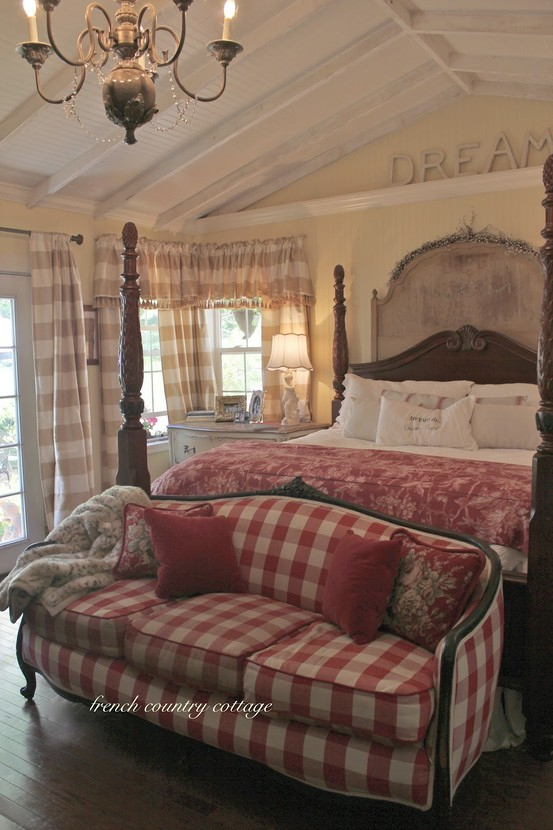 Eye for design decorate with buffalo checks for charming for Country cottage bedroom