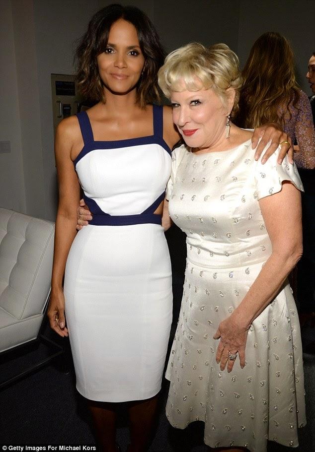 هالي بيري في فستان أبيض خلال عشاء جوائز غولدن هرت