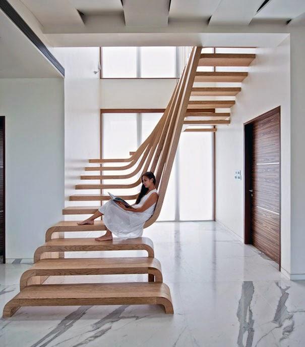 Tangga lantai dengan desain unik, membuat ruang terasa luas