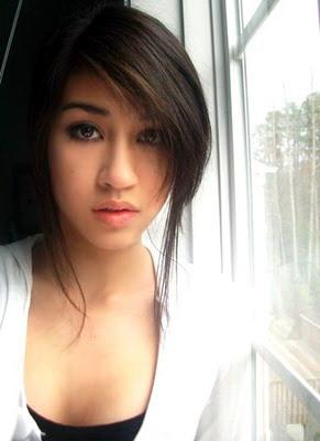 Gadis berwajah lembut yang suka berfoto bugil