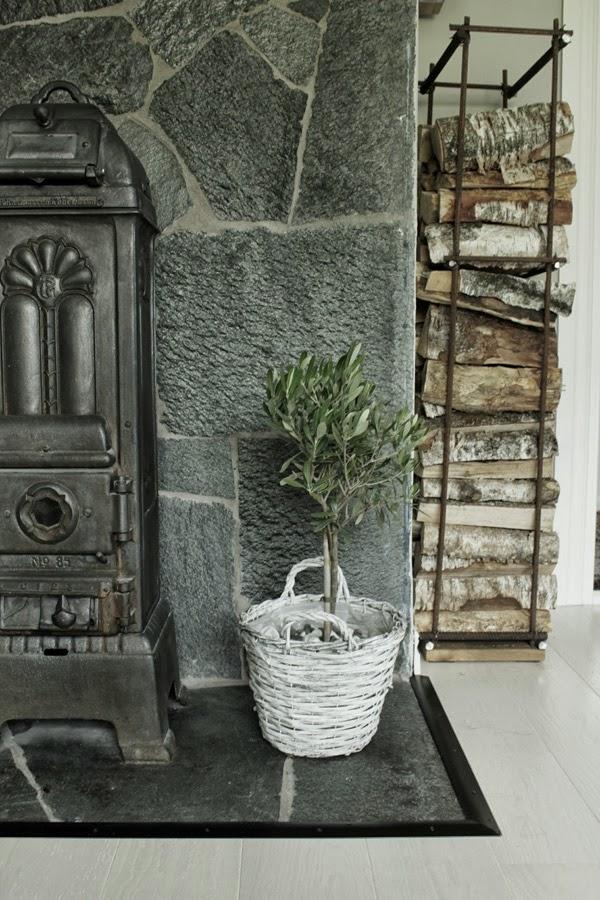 kamin, vedförvaring, vedtrave, fikonträd, stensatt vägg,