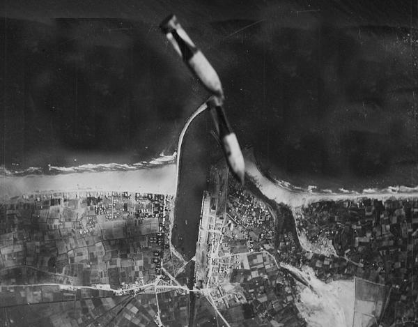 Bombes caiguent al port de Gandia. Foto: Ufficio Storico della Aeronautica Militare