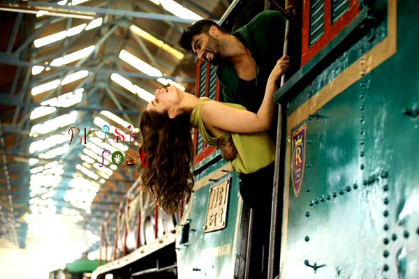 Arjun Kapoor Leaning over Kareena Kapoor to romantic, holding the train handles in a Ki and Ka still