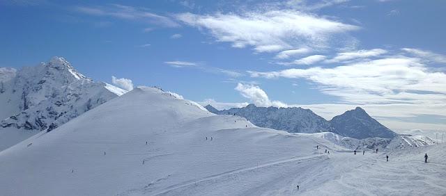 Sucha Przełęcz (z prawej), a za nią wznosi się Beskid - ostatni na wschodzie szczyt Tatr Zachodnich