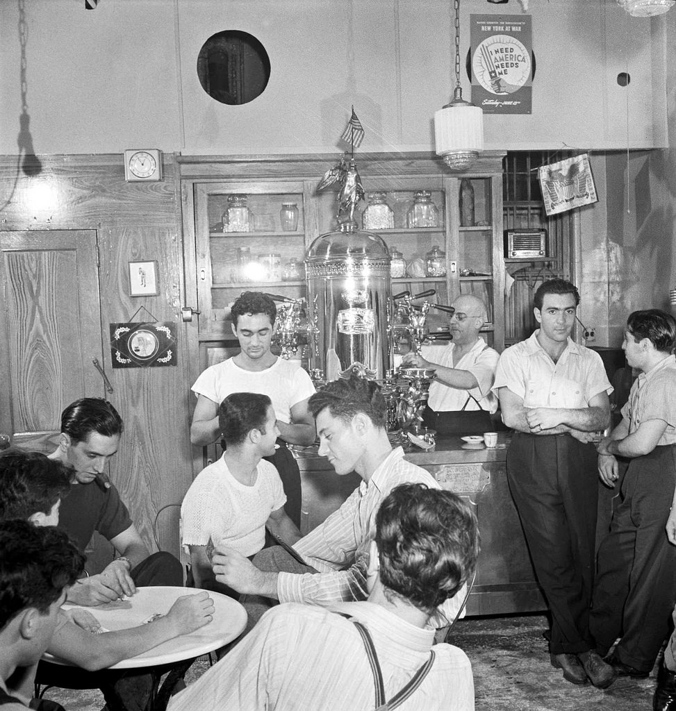 20 interesting black and white photographs captured everyday life in the u s - Machine a cafe vintage ...