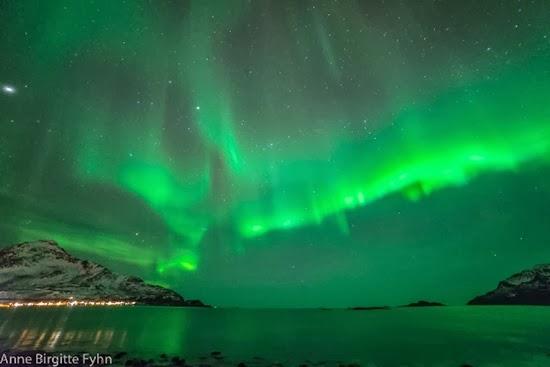 'Serangan' Cahaya Aurora di Langit Malam Norwegia