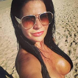 Solange Gomes aproveitou um dia ensolarado para tirar a parte de cima do biquíni e curtir uma praia deserta do Rio de Janeiro.