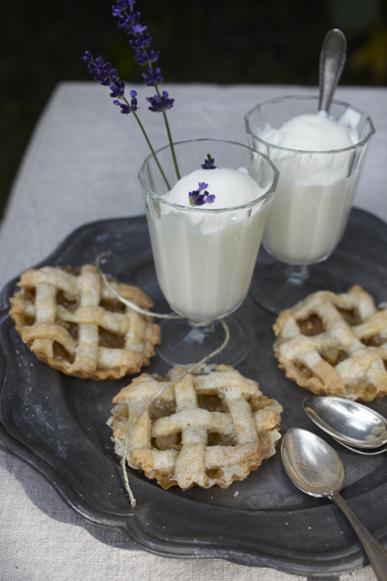 la petite cuisine rhabarber pie mit lavendel vanille eiscreme. Black Bedroom Furniture Sets. Home Design Ideas