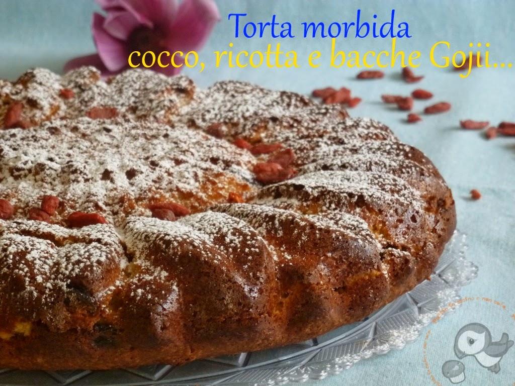 torta con farina di cocco, ricotta e bacche di gojii...un morbido girasole ^_^