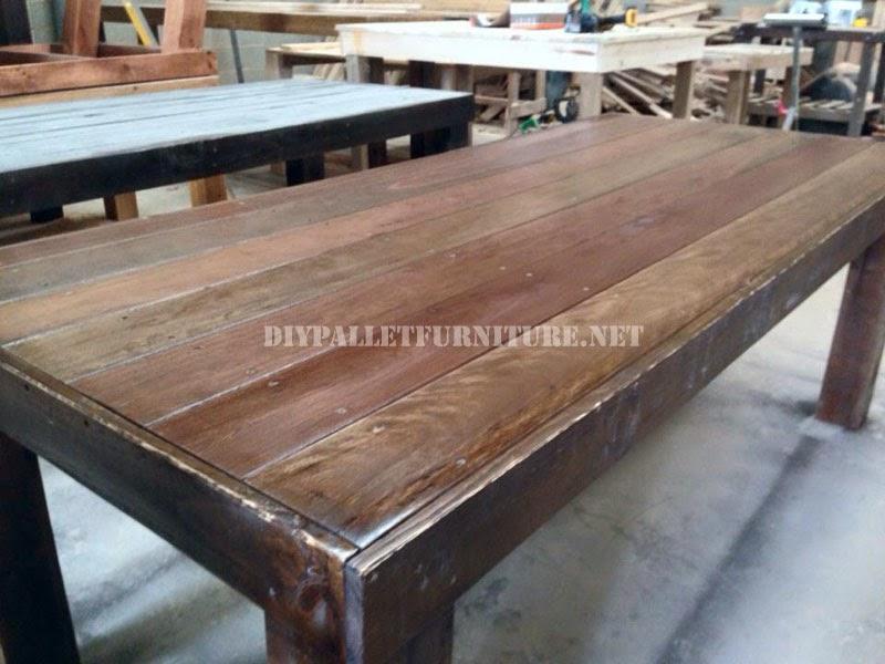 al contrario las patas de la mesa no se han construido con la madera de los palets son vigas de madera slidas y de un buen tamao que le dan robustez al