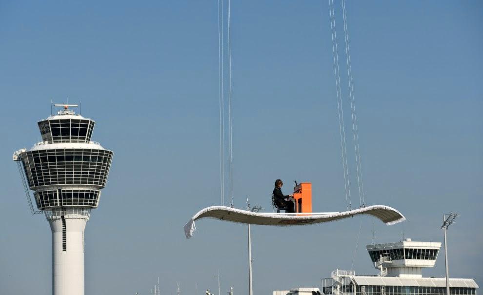 Elicottero Arancione : Musica tra le nuvole a monaco di baviera il pianista