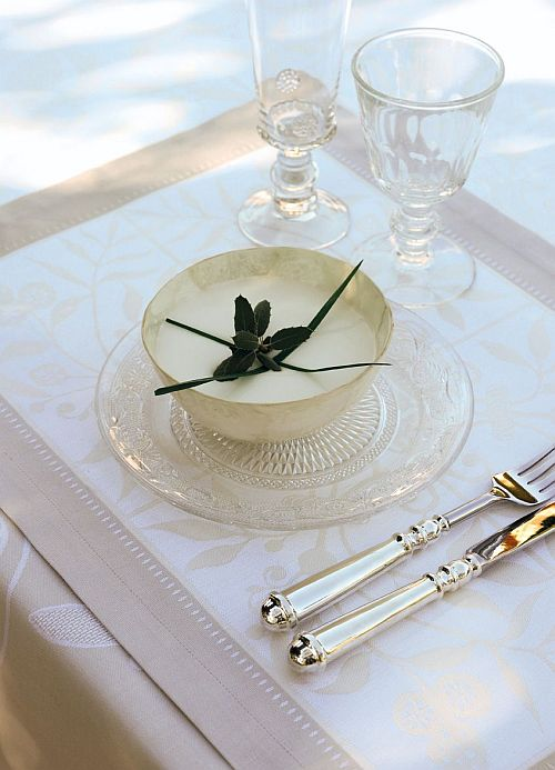 maison de ballard perfect for mother 39 s day classic white tablecloths from le jacquard francais. Black Bedroom Furniture Sets. Home Design Ideas