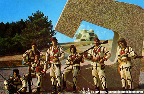 Kruševo - Le Makedonium , monument Ilinden - République de Macédoine  Architecte / Sculpteur: Jordan & Iskra Grabulovski.  Vitraux: Borko Lazeski  Mosaiques: Petar Mazev  Construction: 1972 - 1974