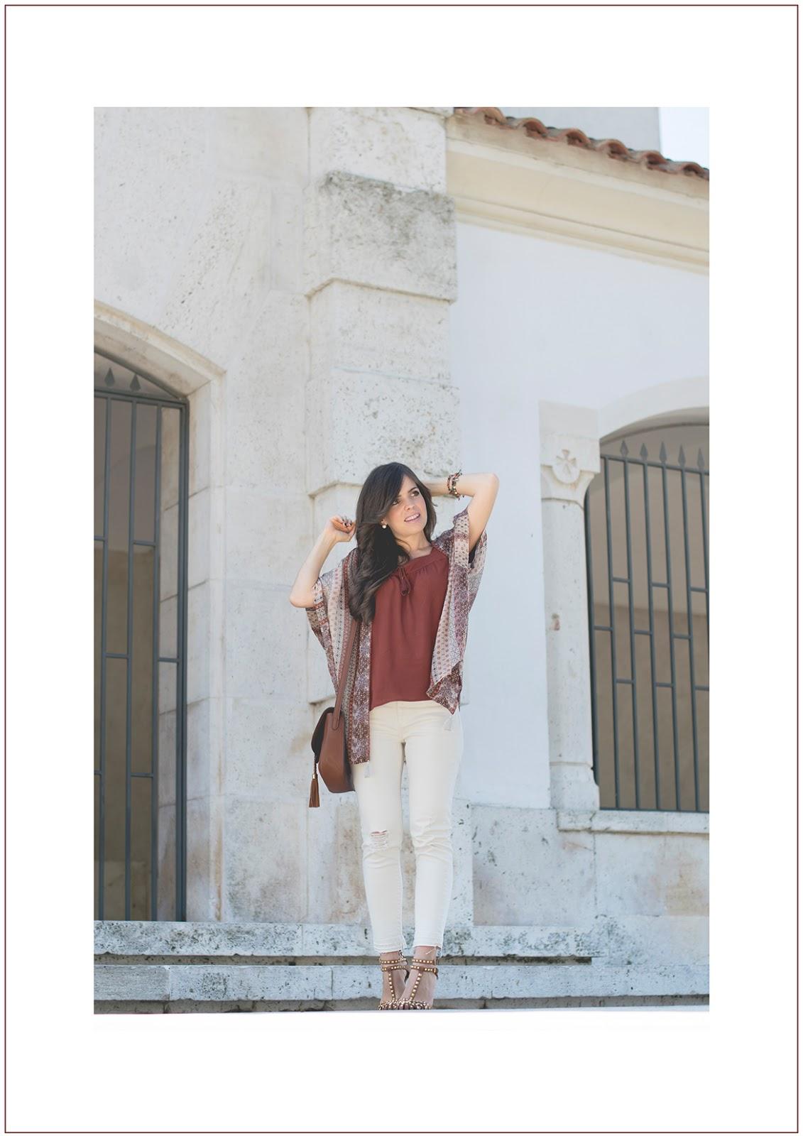 Look prefall con kimono de seda y tonos burdeos y blancos