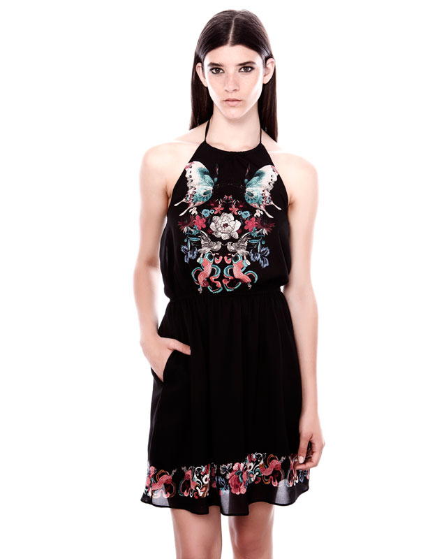 çiçek desenli boyundan bağcıklı siyah elbise kısa