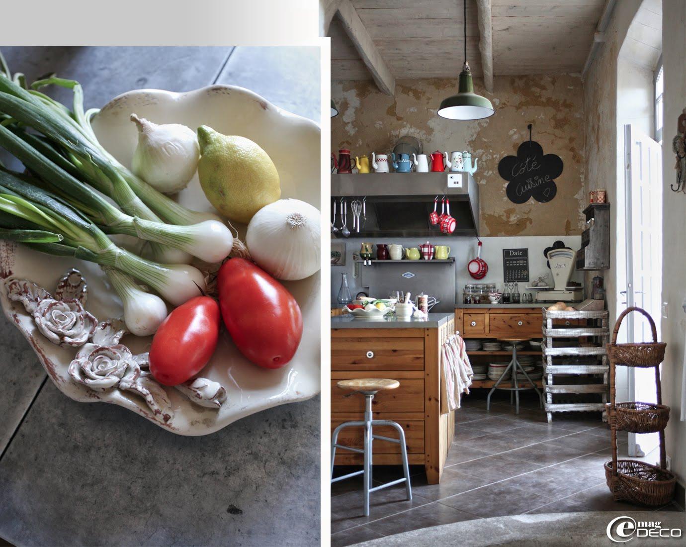 Collection de cafetières et casseroles émaillées, ardoises en forme de fleur Pomax, meubles de rangement Alinéa et tabourets anciens de dessinateur