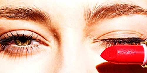 maquillar ojeras con pintalabios rojo